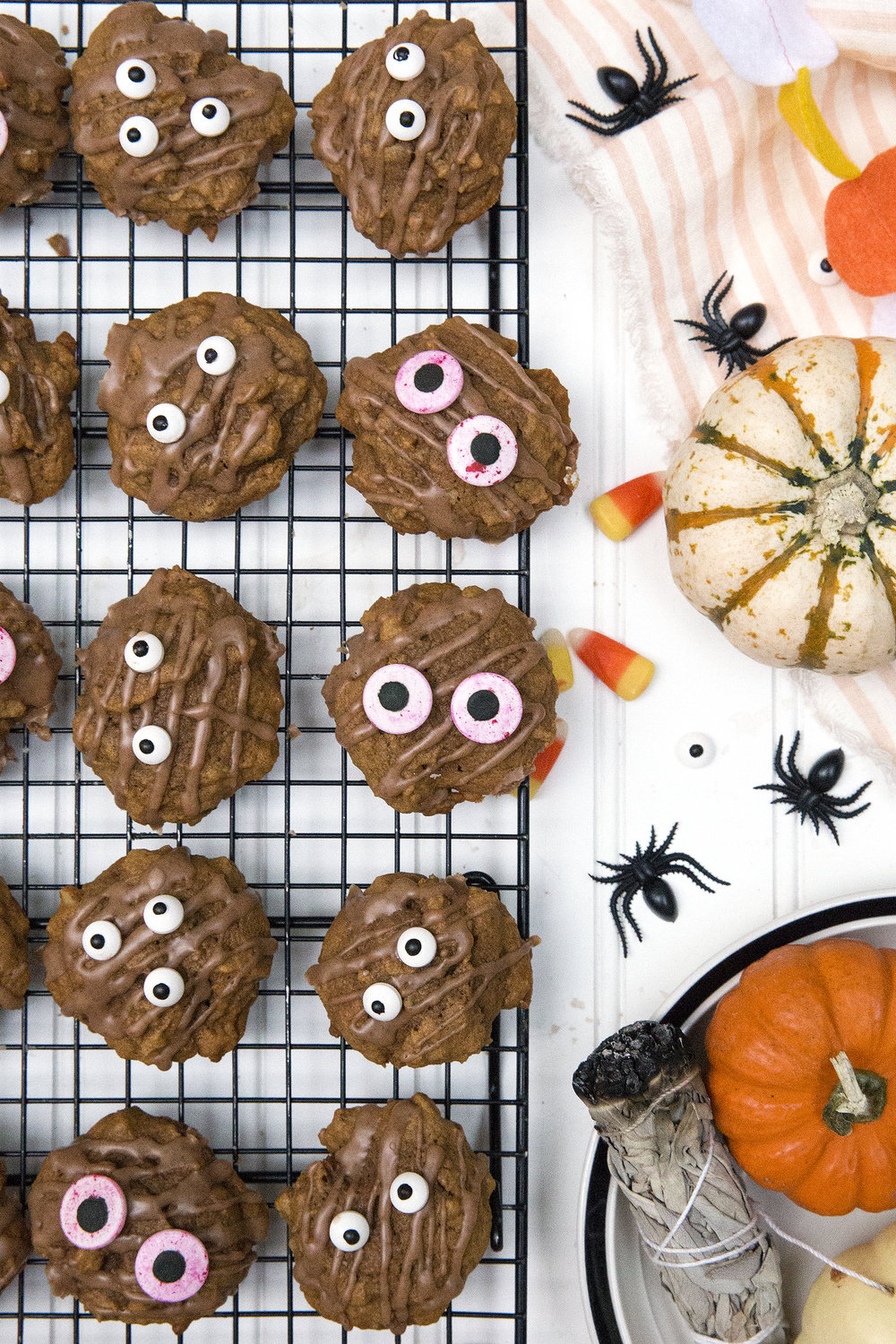 Halloween Pumpkin Cookies! Get the recipe: unusuallylovely.com