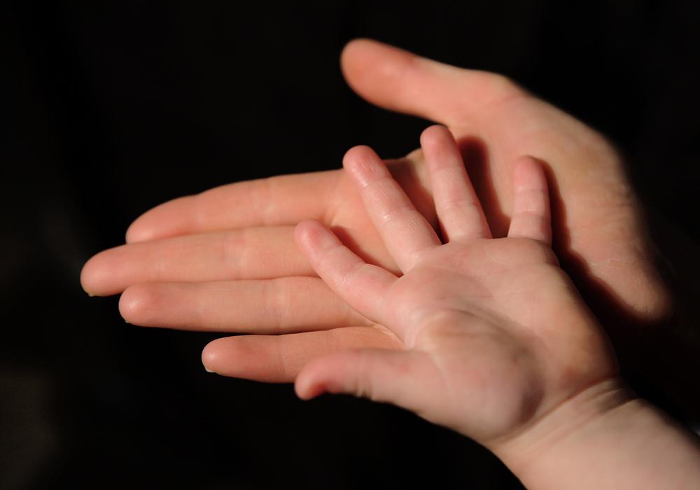 la main de la mère