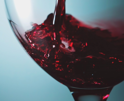 Μύθος: Το κόκκινο κρασί κάνει κακό. Ίσα ίσα που μπορεί να ειπωθεί το αντίστροφο, με το κρασί να είναι μάλιστα όλο και περισσότερο στο προσκήνιο, ως ένας από τους καλύτερους τρόπους να κρατά κάποιος μια υγιή επαφή με το αλκοόλ, βελτιώνοντας ταυτόχρονακαι τις αντιληπτικές του ικανότητες.