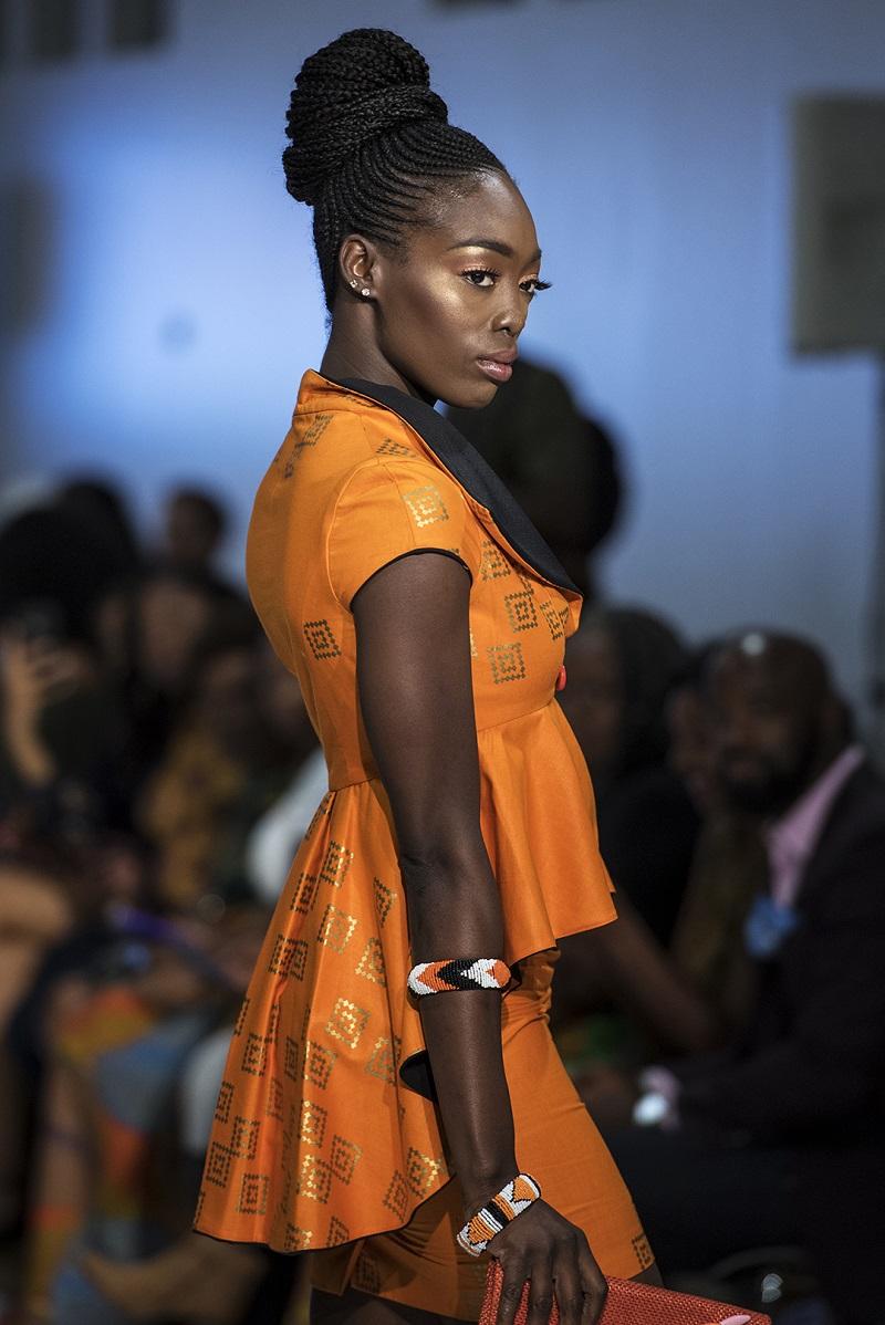 (DRESS/BAG:www.instagram.com/divinesdesigN)