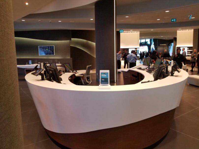 (Customer Service desk on the store's ground floor. Photo: Samsung)