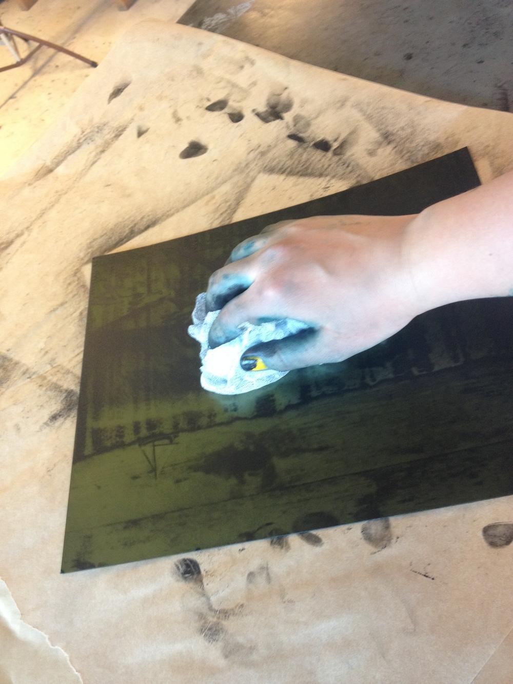 Nästa steg är att gnugga in färgen i plåten med tarlatan, ett limmat tyg som inte suger åt sig färg.