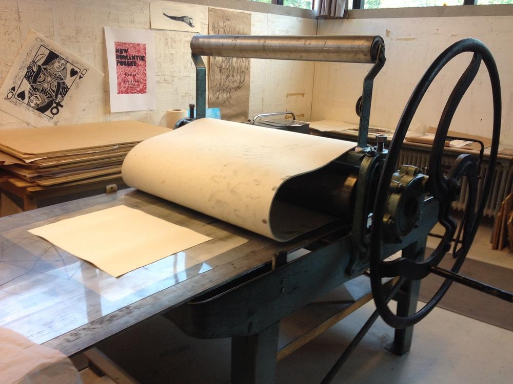 Pappret placeras på trycket och försiktigt lägger man över tryckfilten.