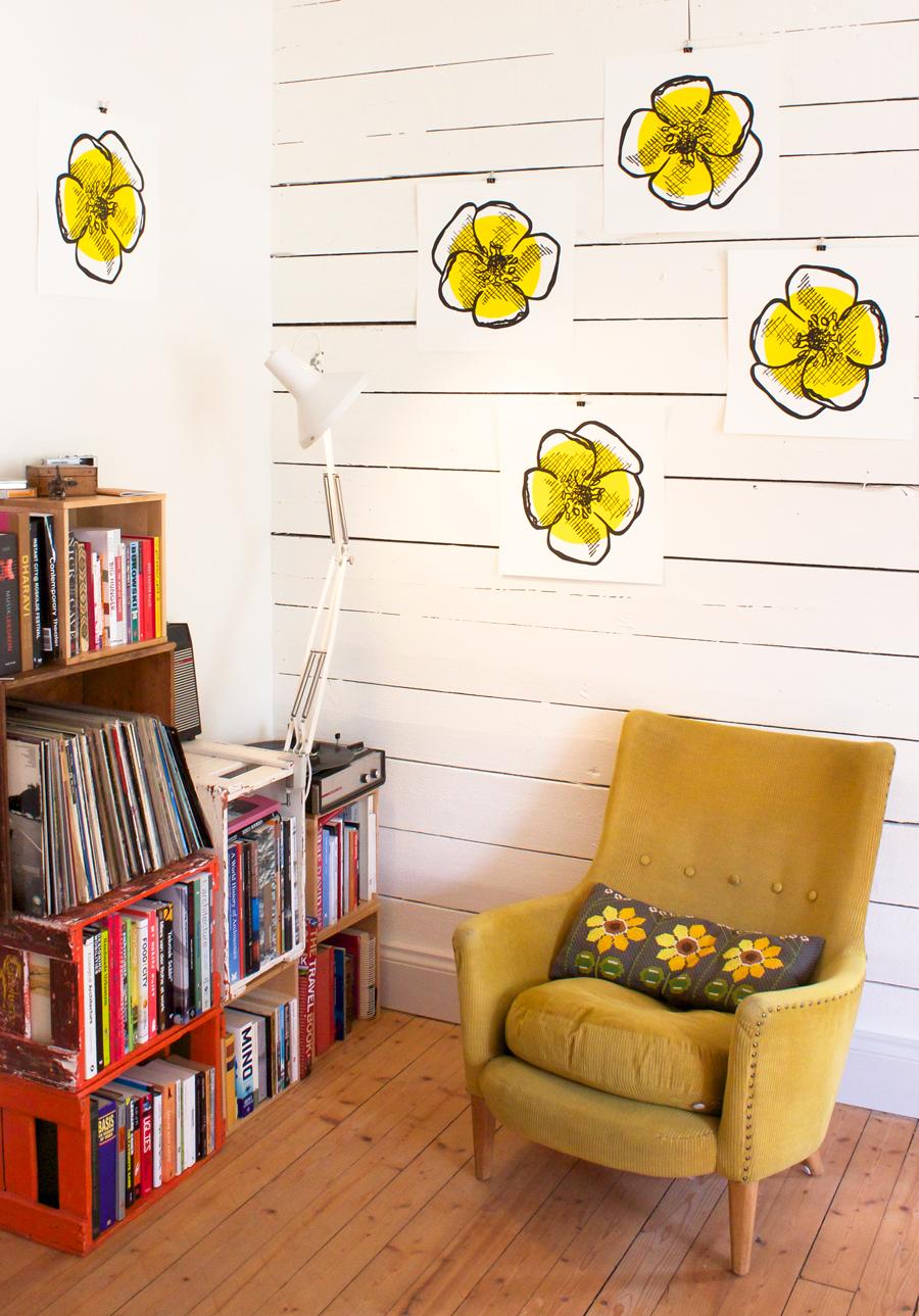 Bland annat finns trycket smörblomma att inhandla via Nordic Design Collective. Fotot är taget i lägenheten jag just flyttat in i. Visst har det blivit fint?