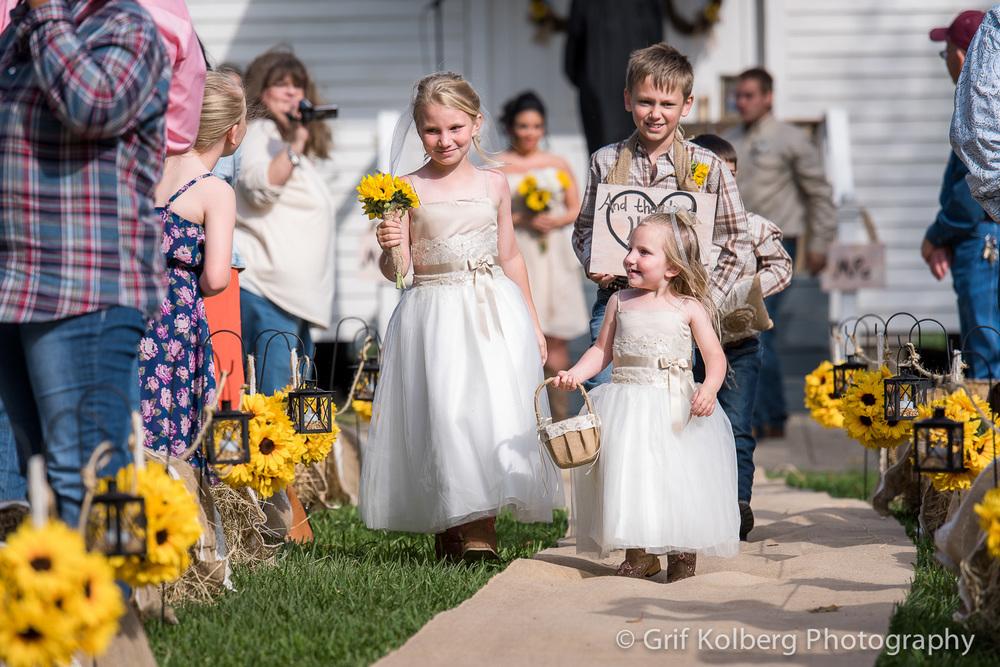 flower-girls-at-george-ranch-wedding