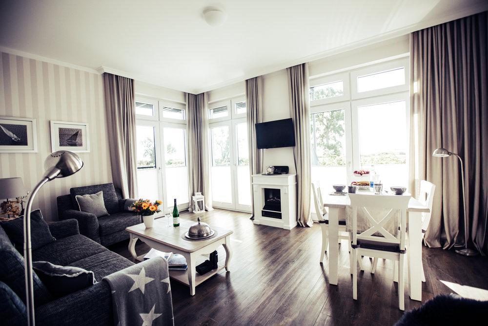 Lichtdurchflutetes Wohnzimmer mit Blick auf die Ostsee