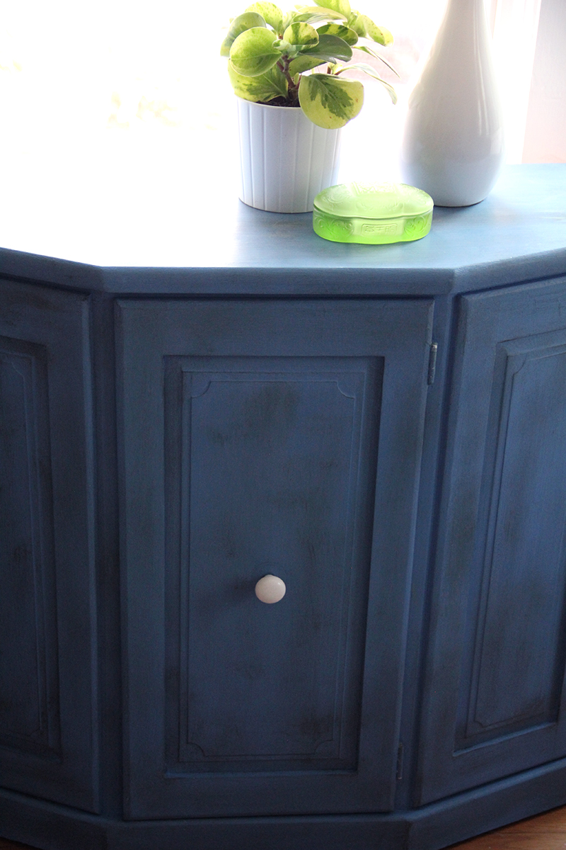 blue-cabinet-green-accessories