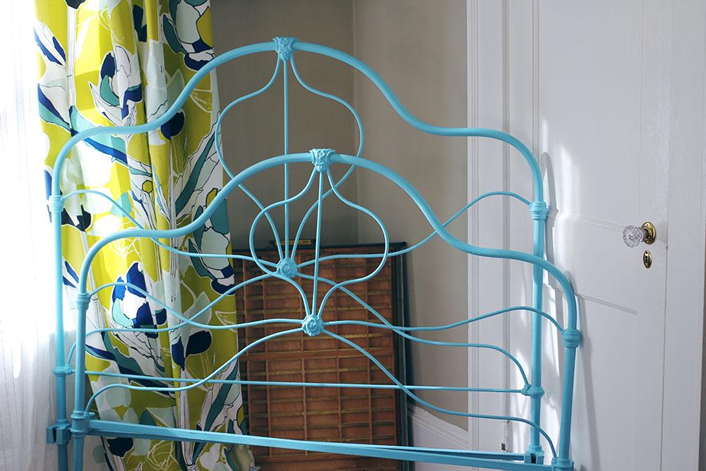 asimplerdesign-a-simpler-design-jotorrijos-jo-torrijos-annie-sloan-iron-bed-blue-1.jpg