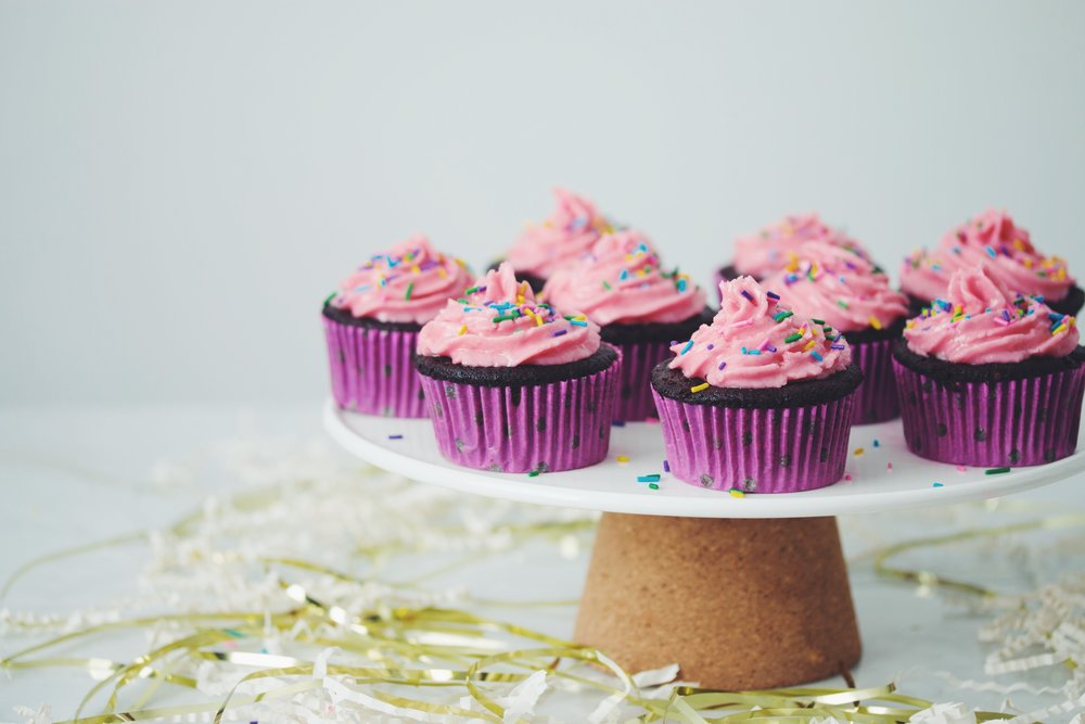 vegan chocolate cupcakes with raspberry buttercream frosting_hot for food