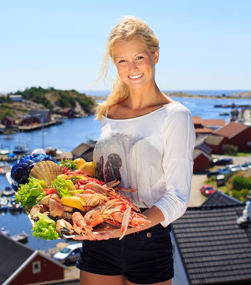 Here you have Hvaler-summer's best tips and excursions; bring along your loved ones out into the wonderful nature at Utgårdskilen. First find your way to Gunn Barm at Fjordfisk's outlet next door to the fishmonger. Here they handle the day's fresh seafood. Then, you can find a nice ledge and enjoy the views.