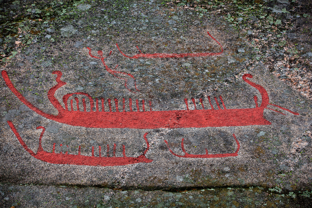 Ships are popular motives in farm petroglyphs. Viking ships are not carved, but perhaps a precursor for them. If that is the case, these were ships without sails, but ships which were paddled forward as we can see in some carvings, or later rowed. The crew can be more or less clearly stated, but usually in the form of vertical bars. Details of the ships can sometimes be seen, but often in such a way that we are unable to say with cretainty what this is, exactly.