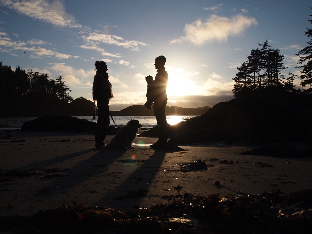 Hanging at Ucluth beach with the entire Trip Styler clan {including Dog Styler} in Ucluelet, BC.