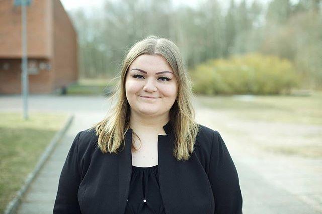 Hejsan allihopa, Mitt namn är Nina Dilek Adolfsson, jag är 21 år gammal och kommer från Botkyrka. Förra året fick jag förtroende att företräda Sveriges Ungdomsråd som ordförande. Jag är otroligt tacksam och ärad att få förtroende ännu ett år för att leda denna fantastiska organisation tillsammans med er medlemmar.  Mitt engagemang började när jag var 13 år gammal när jag gick med i mitt lokala ungdomsråd @botkyrka_ungdomsfullmaktige Jag började engagera mig för att jag såg att ungdomar blev/blir, på grund utav av sin ålder,  uteslutna från att påverka sin livssituation på samma villkor som vuxna. Efter mitt engagemang i Botkyrka började jag engagera mig Stockholm Regionala Ungdomsråd. @stung_stockholm  Åldersmaktsordning var ett av skälen till varför jag börja att engagera mig. Jag har alltid brunnit för alla barn och ungdomars rättigheter i samhället. Därför är en utav mina hjärtefrågor idag att alla ungdomar ska kunna få möjlighet att påverka sin vardag samt sitt liv.  Sveriges Ungdomsråd har funnit vid mitt hjärta sedan 5 år tillbaka. Jag kan ärligt säga att jag inte skulle varit den jag är idag om det inte var tack vare SVUNG och dess fantastiska medlemmar. Medlemmar utgör denna organisation och starkare är vi tillsammans! Det är också därför jag har valt engagera mig i SVUNG för jag vet att denna organisation verkligen gör det möjligt för ungdomar att kunna påverka sin vardag! Att ungdomar inte bara är framtiden utan vi är också nuet! Att vi är starkare tillsammans och alla ska vi ha rätt till inflytande och organisering i samhället. Därför kommer mina fokusområden i år att vara att ta Sveriges Ungdomsråd till nya höjder. Jag vill att Sveriges ungdomsråd ska vara en organisation för fortutbildning och framförallt stötta alla våra anslutna ungdomsråd runt om landet utefter era behov.  Fun fact: Jag älskar humor även om mina skämt inte alltid är dem roligaste. Jag har dem torraste skämten en kan hitta…  Ser verkligen fram emot detta verksamhetsår! Ni kan alltid n