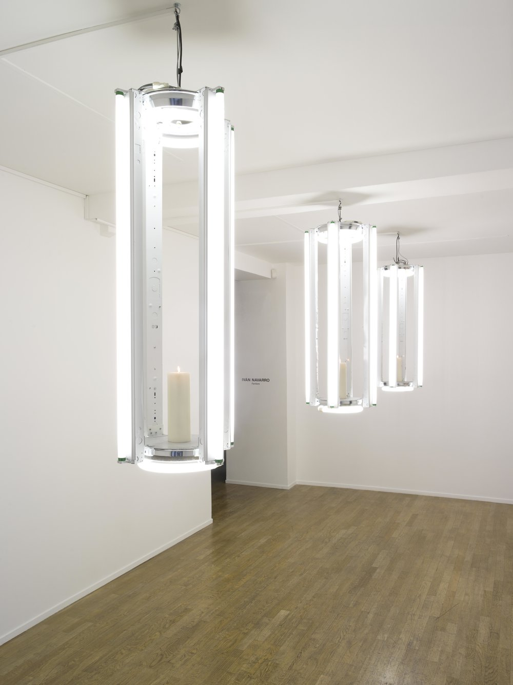 Chandelier (Nadie Sabe Para Quien Trabaja), 2014  Fluorescent light, fixture, candle and electric energy  48 x 127 cm / 19 x 50 in.  Edition of 5  Photo : Thelma Garcia  Courtesy Galerie Daniel Templon, Paris and Bruxelles.