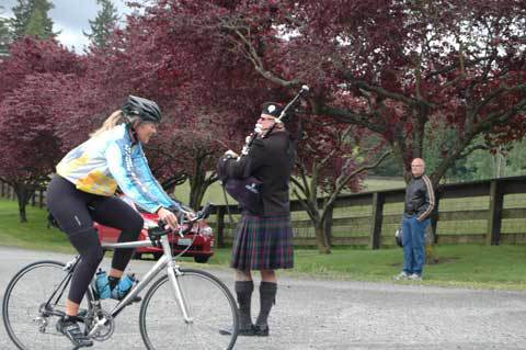 Bagpiper Neil Hubbard at the 7 Hills of Kirkland.