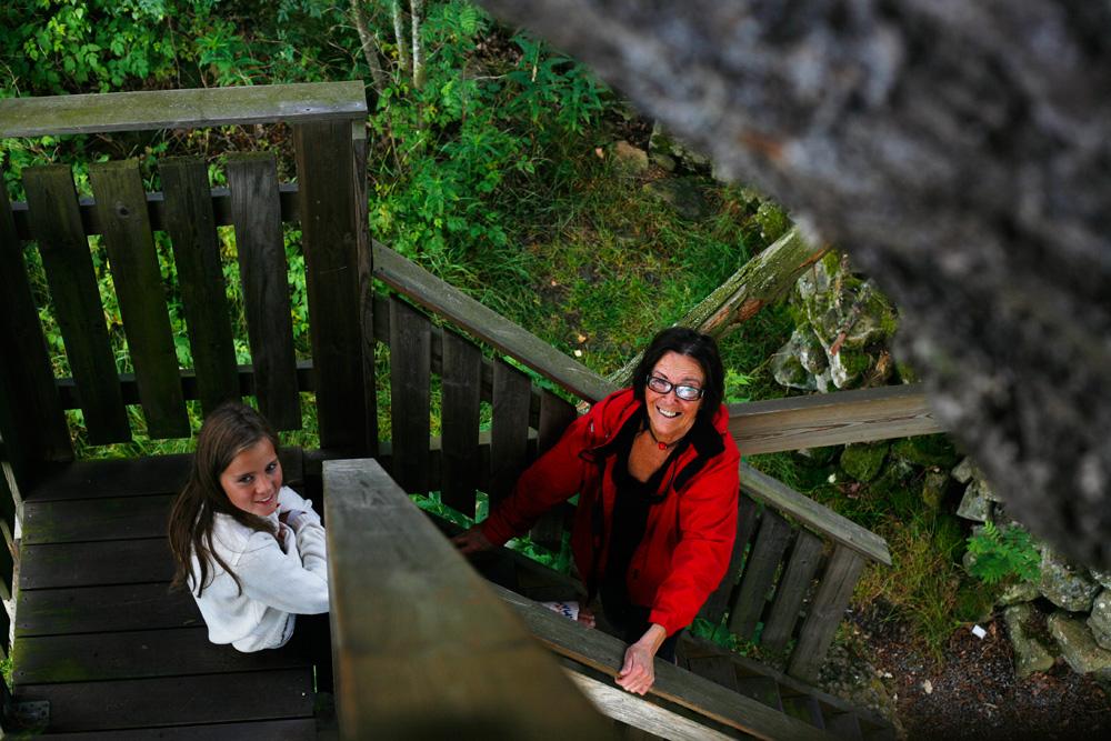 Lite svårt att gå alla trapporna upp med brutet ben. Så Momi fick hålla i benet medan kusinen förflyttade sig ett trappsteg i taget sittandes.