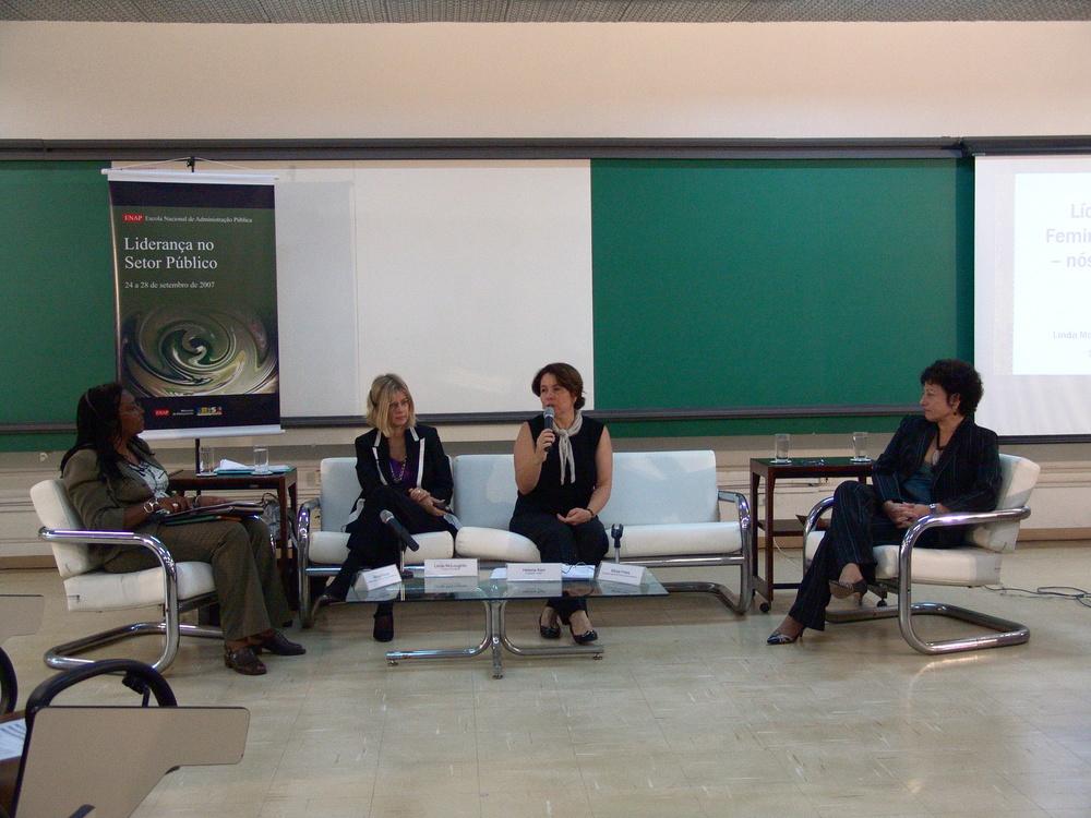 Pesquisadora irlandesa Linda McLoughlin em palestra na ENAP. Foto: Divulgação/ENAP