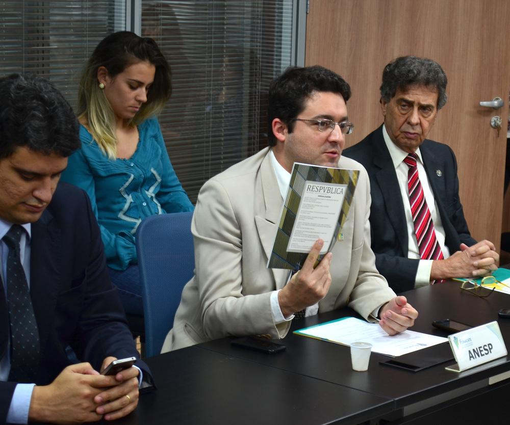 Alex Canuto, Diretor de Assuntos Jurídicos da ANESP, entregou a ResPvblica Especial Eleições aos representantes de 18 entidades presentes à assembleia. Foto: Filipe Calmon / ANESP
