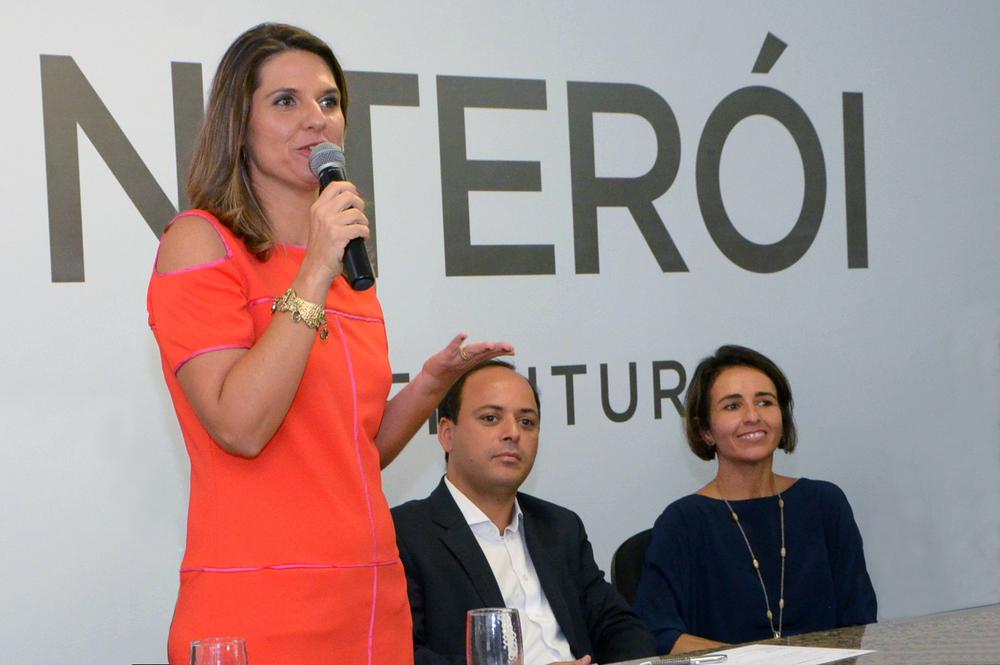 Giovanna Victer toma posse ao lado de Rodrigo Neves, prefeito, e Patrícia Audi. Foto:Bruno Eduardo Alves