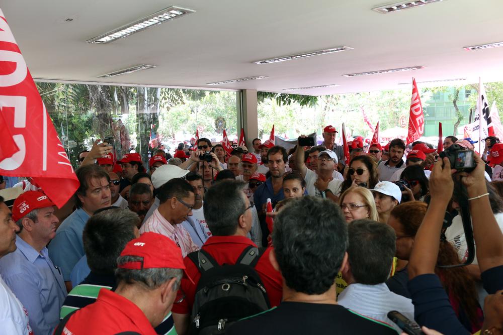 Manifestantes aglomerados na portaria do bloco K. Foto: Filipe Calmon / ANESP