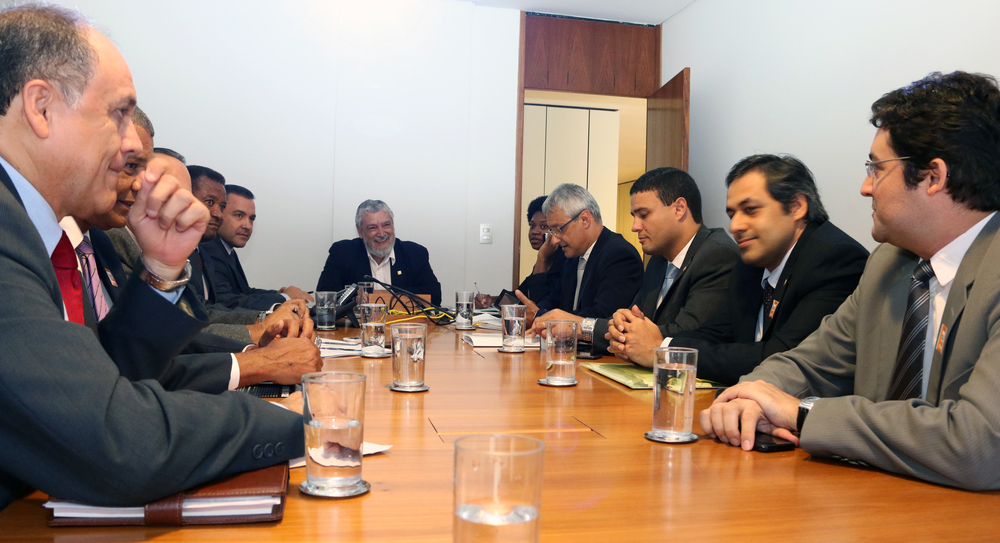 Alex Canuto (à direita) expõe demandas da ANESP a José Lopes Feijóo (ao centro). Foto: Filipe Calmon / ANESP