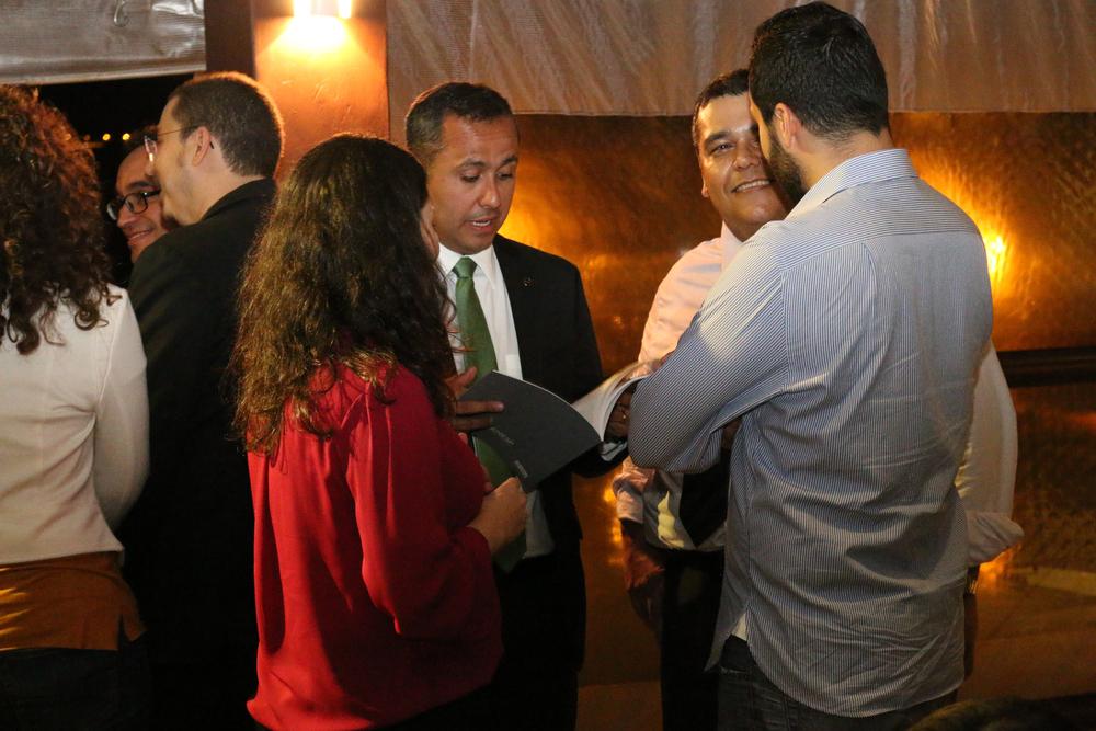 O Secretário de Gestão Genildo Lins em conversa com Tito Fróes e amigos durante o evento. Foto: Filipe Calmon / ANESP
