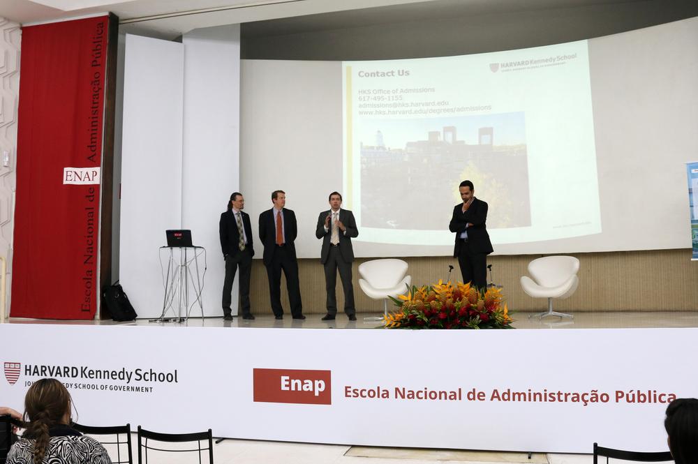 Ex-alunos brasileiros de Harvard compartilham experiências.