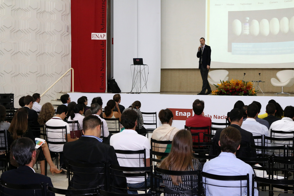 Matt Clemons apresentou os cursos de Harvard na ENAP.