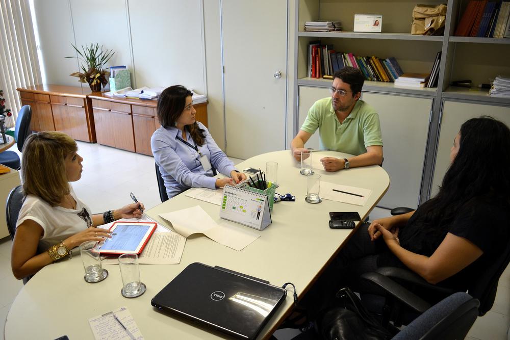 O Diretor Alex Canuto (de verde) e a vice-presidente, Aleksandra Santos (de branco),em reunião com grupo de servidoras sobre direitos de gestantes e lactantes