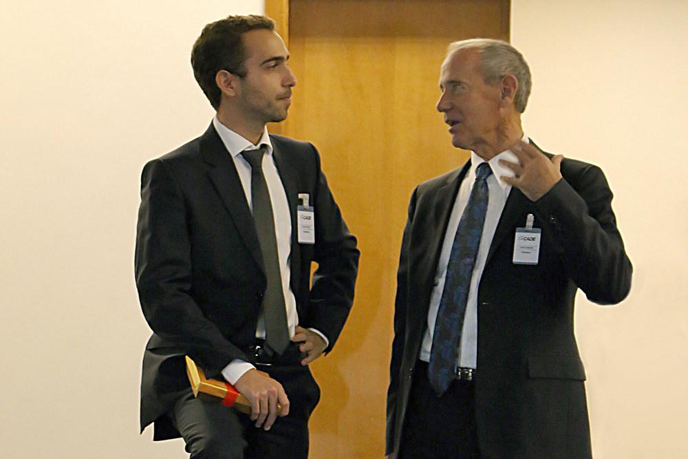 À esquerda, o Diretor da ANESP Matheus Azevedodialogando com o Prof. William Eimick (direita),da Columbia University