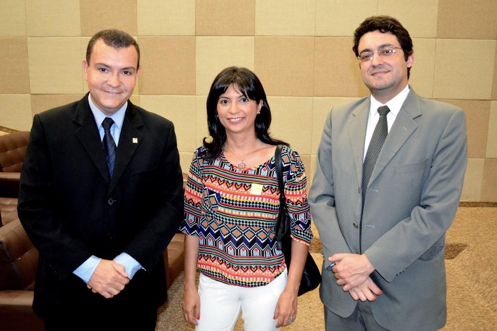 Presidente João Aurélio (esquerda) e Diretor Alex Canuto (direita),da ANESP, comassociada a Ana Mesquita,que recebeu apoio para fazer curso em Buenos Aires