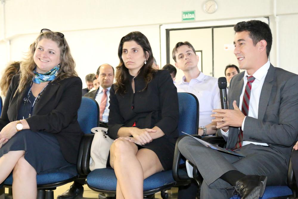 Aline Mac Cord, à esquerda, ao lado de colegas de Mestrado na Columbia.