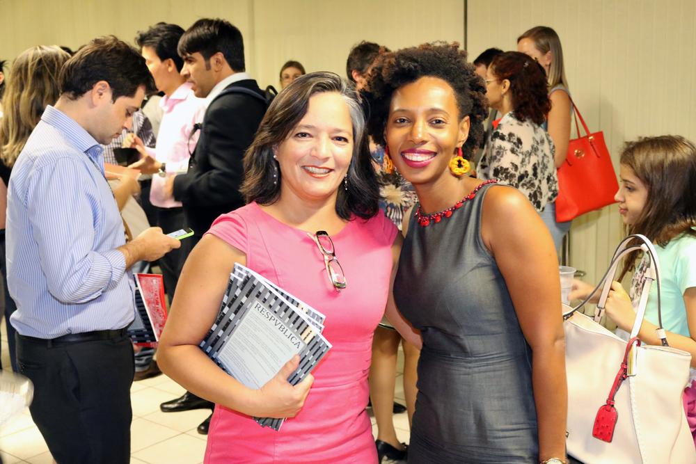 Leila Ollaik ao lado de Maria Aparecida Chagas, autora de um dos artigos publicados