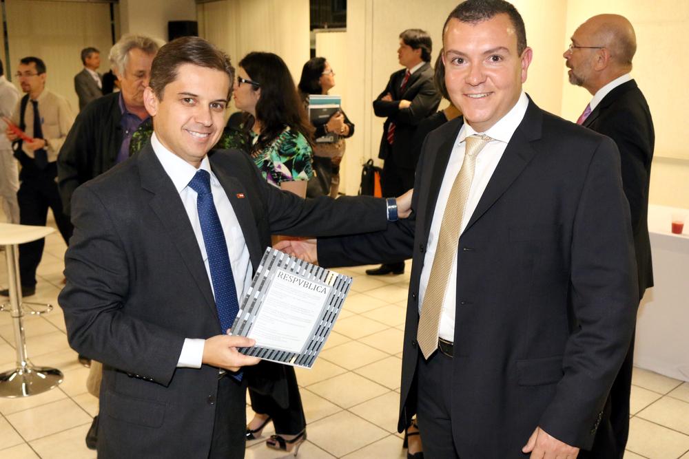 Gleisson Rubin recebe de João Aurélio o mais novo exemplar da ResPvblica