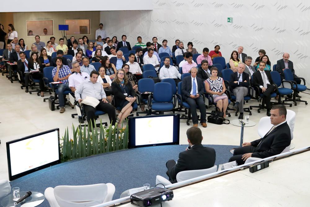 Diretor Alex Canuto em atendimento no estande da ANESP no Congresso de Gestão Pública do Consad 2015
