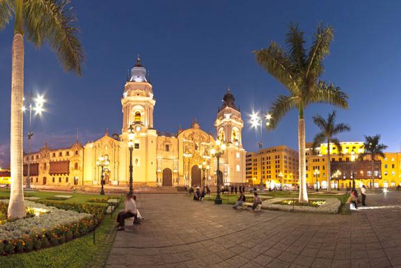 A Catedral de Lima foi construída em 1535, mas passou por diversas reconstruções devido a seguidos terremotos ao longo do tempo. Foto: Travel to Peru