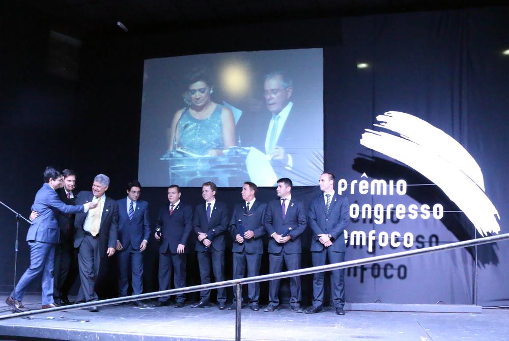 Senadores Randolfe Rodrigues e Marcelo Crivella, ao lado do Deputado Chico Alencar, sobem ao palco onde já estão posicionados o representantes do Ciclo de Gestão