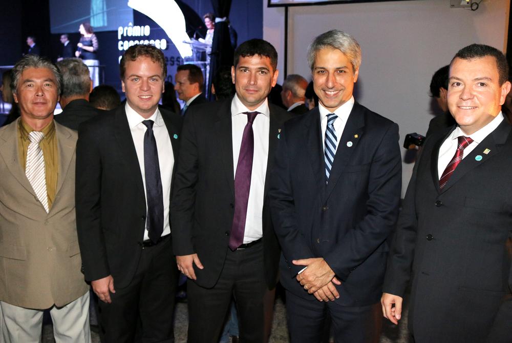 Deputado Alessandro Molon posa para foto com representantes de entidades do serviço público