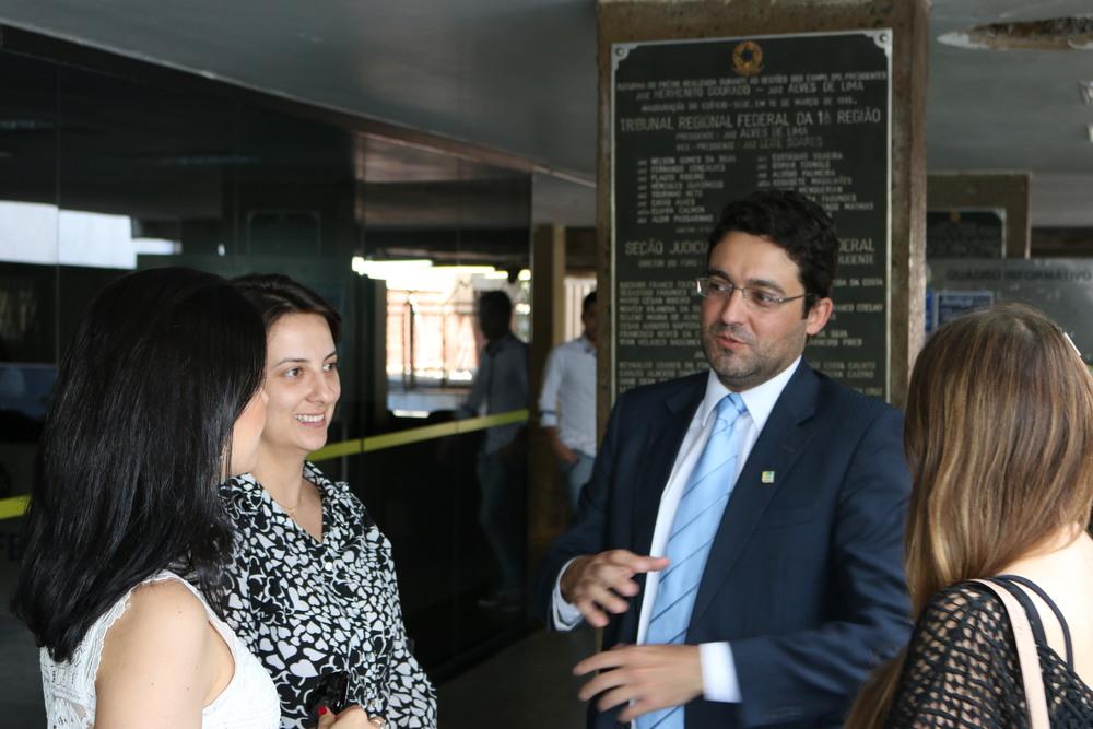 De frente, a partir da esquerda: a Diretora de Assuntos Jurídicos da ANESP, Patrícia Parra, e o Presidente da Associação, Alex Canuto, durante visita à 4ª Vara de Justiça Federal