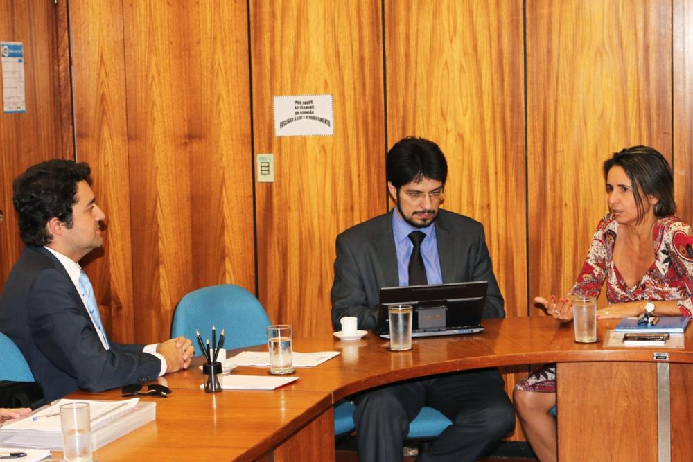 À esquerda, Alex Canuto, Presidente da ANESP, com Antonio Ignácio e Patricia Audi, respectivamente Secretário-Adjunto e Secretária da Seges