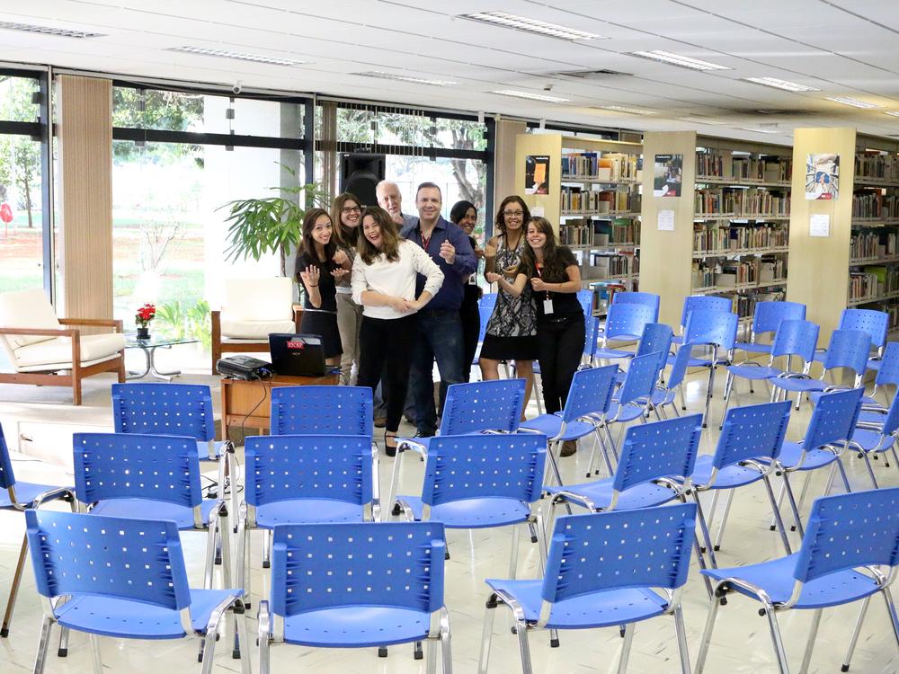Andrea Andrade e equipe convidam para os novos serviços da biblioteca.