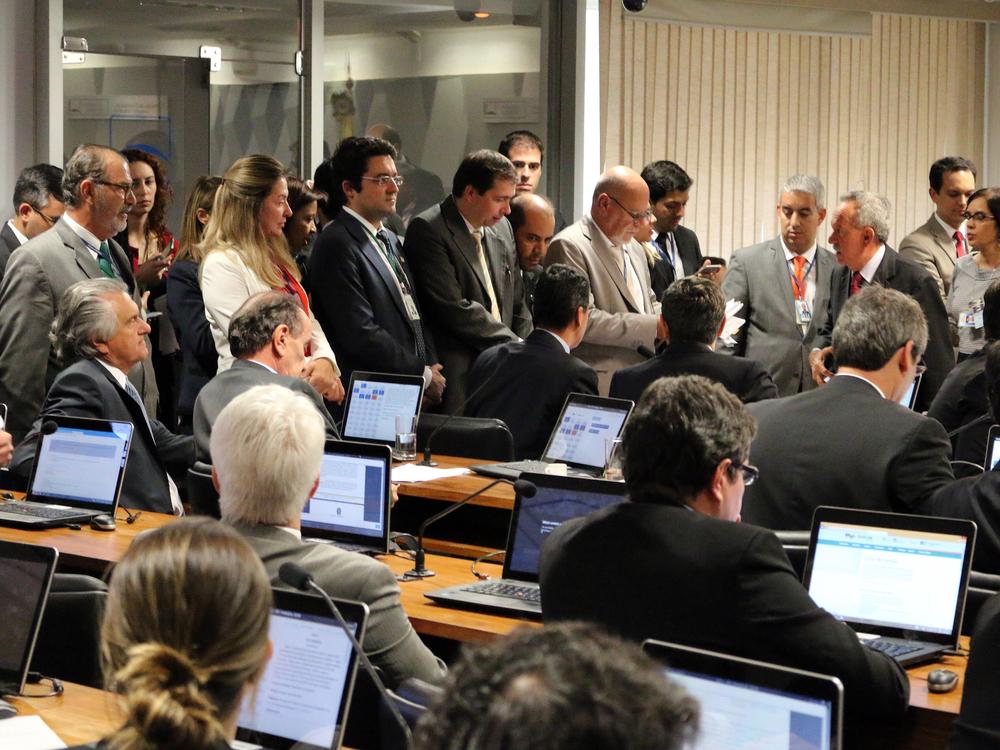 O presidente da ANESP, Alex Canuto, e, à sua esquerda, o Associado Silvio Holanda, trabalham junto aos senadores da CCJ pela aprovação do reajuste salarial e contra a extinção de cargos de EPPGG. Foto: Filipe Calmon / ANESP