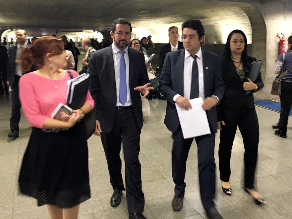 O Ministro do Planejamento, o EPPGG Dyogo Oliveira, conversa com o presidente da ANESP, Alex Canuto, nos corredores do Senado sobre o reajuste salarial e a extinção de cargos da carreira. Foto: Filipe Calmon / ANESP