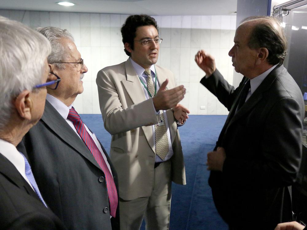 Presidente da ANESP, Alex Canuto, dialoga com o líder do governo no Senado,Aloysio Nunes, sobre os acordos de veto. Foto: Filipe Calmon / ANESP