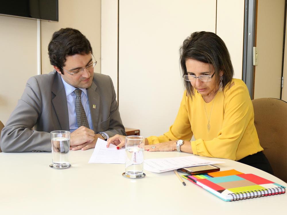 Presidente da ANESP, Alex Canuto, em conversa com a Secretária da Sedes, Patrícia Audi. Foto: Filipe Calmon / ANESP