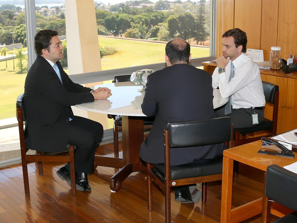 Presidente Alex Canuto em conversa com o Subchefe para Assuntos Jurídicos da Casa Civil, Gustavo do Vale Rocha. Foto: Filipe Calmon / ANESP