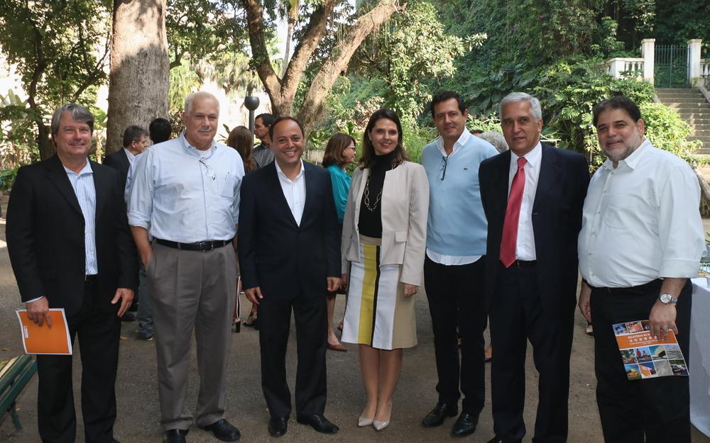 Giovanna Victer, ao centro, com autoridades do município fluminense. Foto: Ascom Prefeitura de Niterói