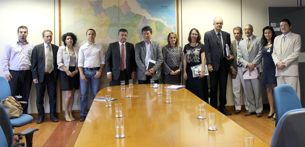 À Direita, o Presidente da ANESP, Alex Canuto; ao centro, de terno cinza, Augusto Chiba, titular da SEGRT. Foto: Unacon
