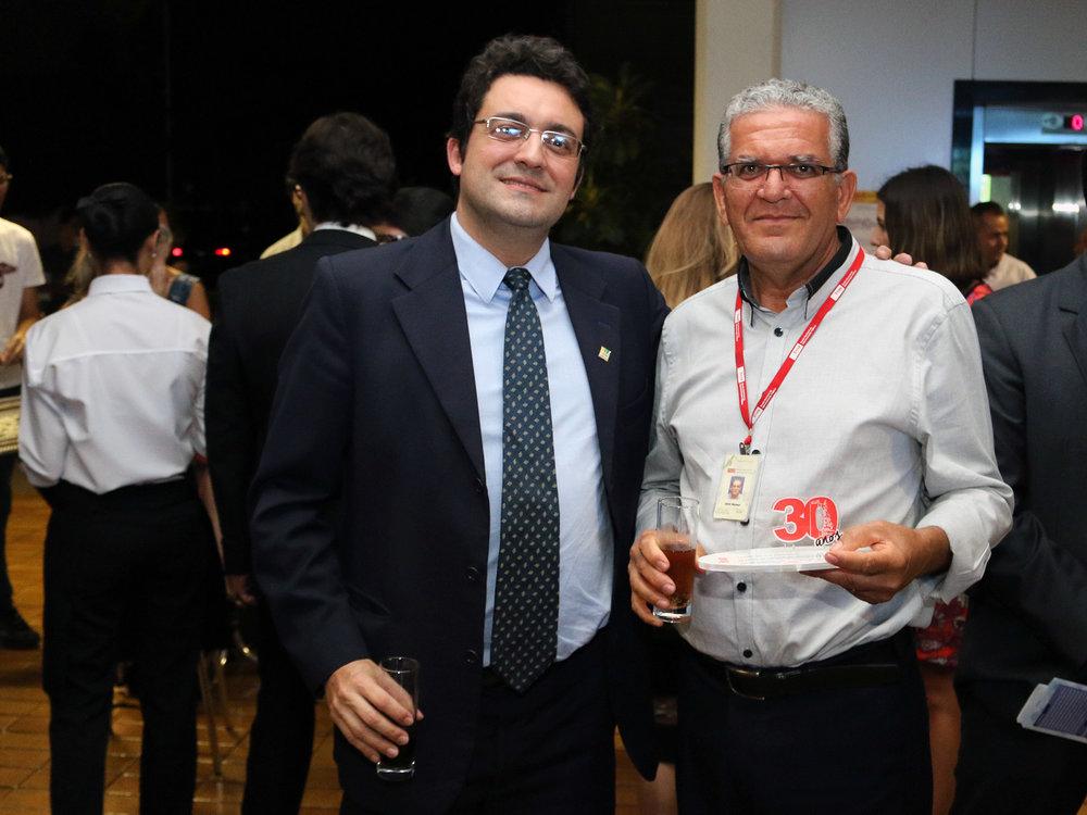 Alex Canuto ao lado de Jamir Silva Mansur, um dos servidores da ENAP homenageados. Foto: Filipe Calmon / ANESP