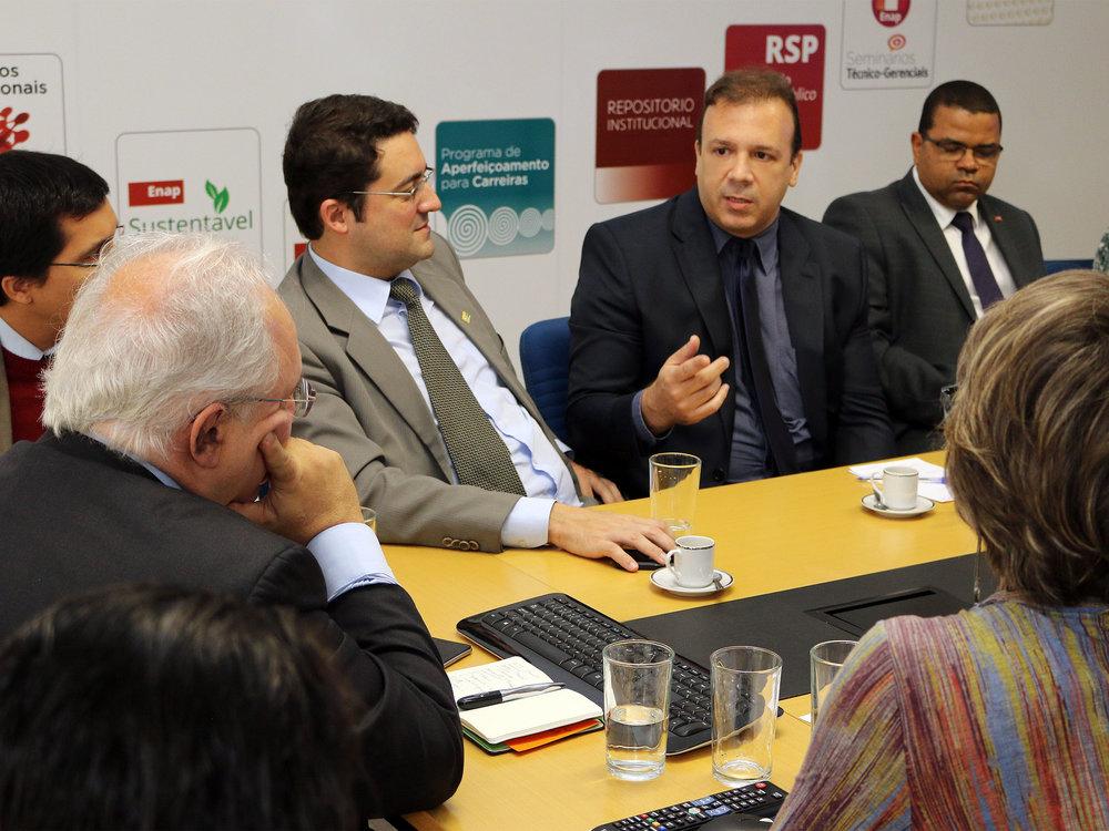 Diretor de Assuntos Profissionais da ANESP, Paulo Paiva, em diálogo com o Presidente da Enap. Foto: Filipe Calmon / ANESP